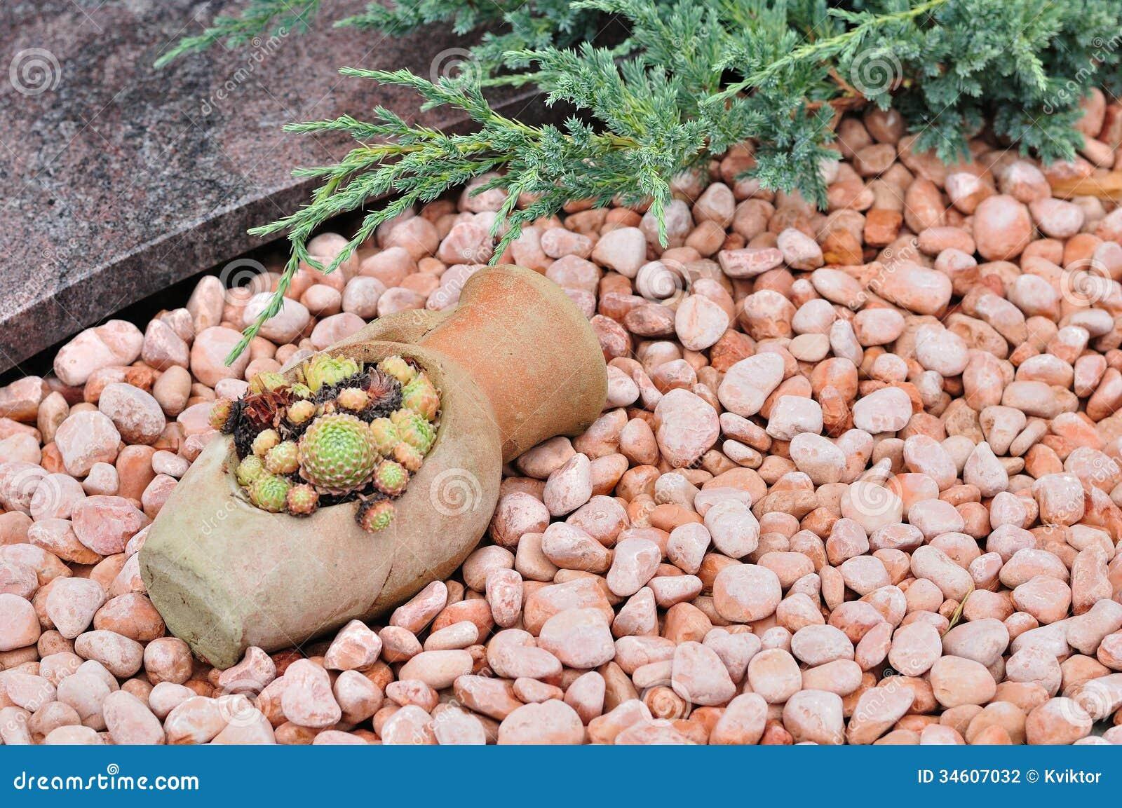 Kiselstenar och växter i rockery arkivbild   bild: 34607032
