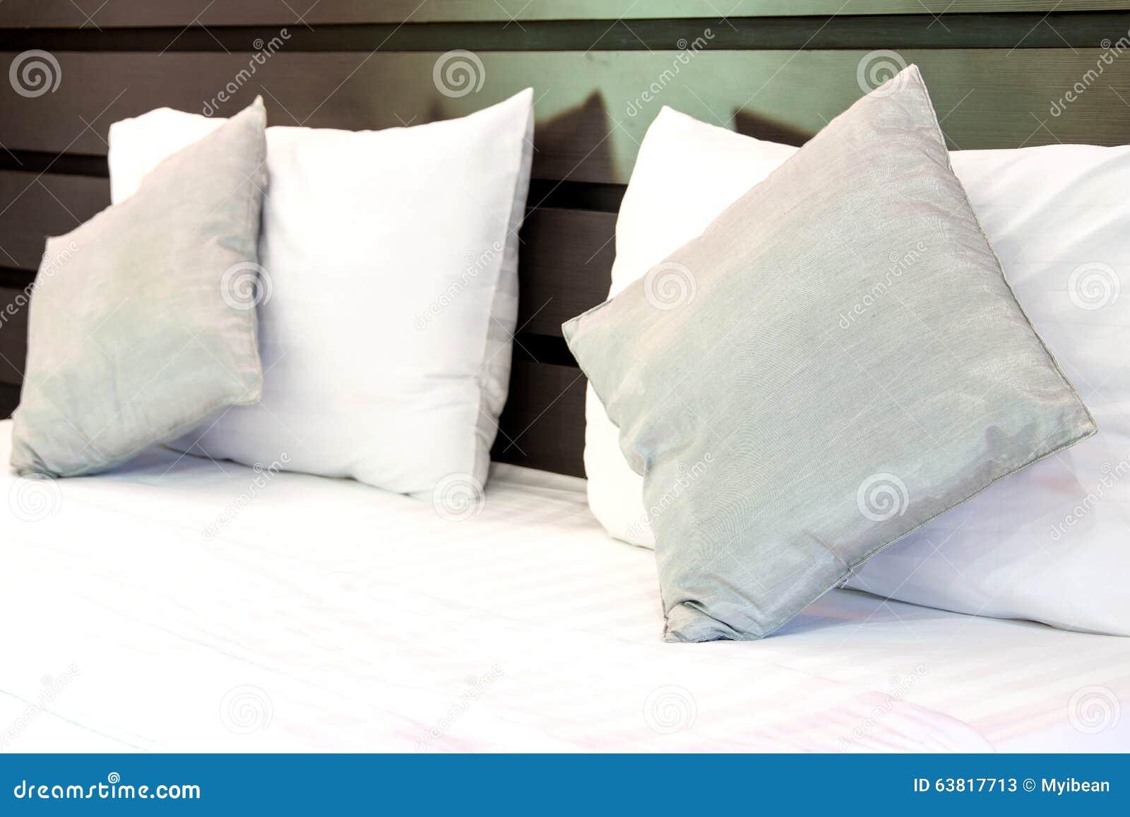 kissen auf bequemen weichen kissen eines betts auf dem bett stockfoto bild 63817713. Black Bedroom Furniture Sets. Home Design Ideas