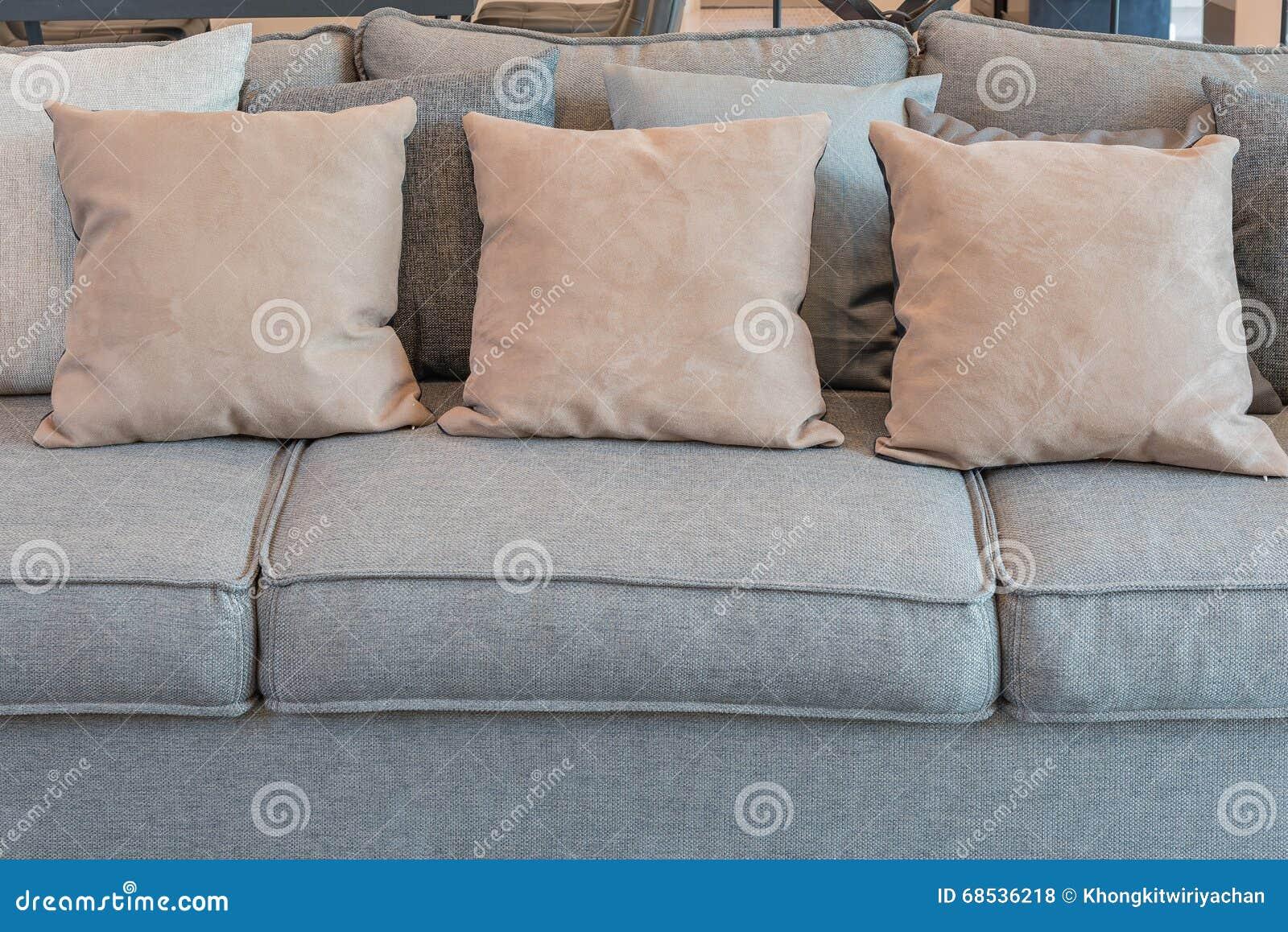 Kissen Auf Grauem Sofa Im Modernen Wohnzimmer Stockfoto