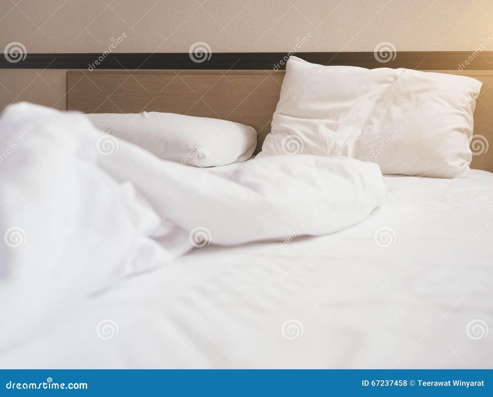 Bett Kissen kissen bett matratzendaunendecke unordentlich im schlafzimmer