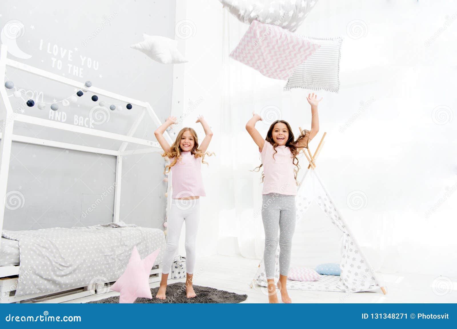 Kissenschlachtpyjamapartei Zeit zum Spaß glätten Sleepoverparteiideen Glückliche beste Freunde oder Geschwister der Mädchen in ne