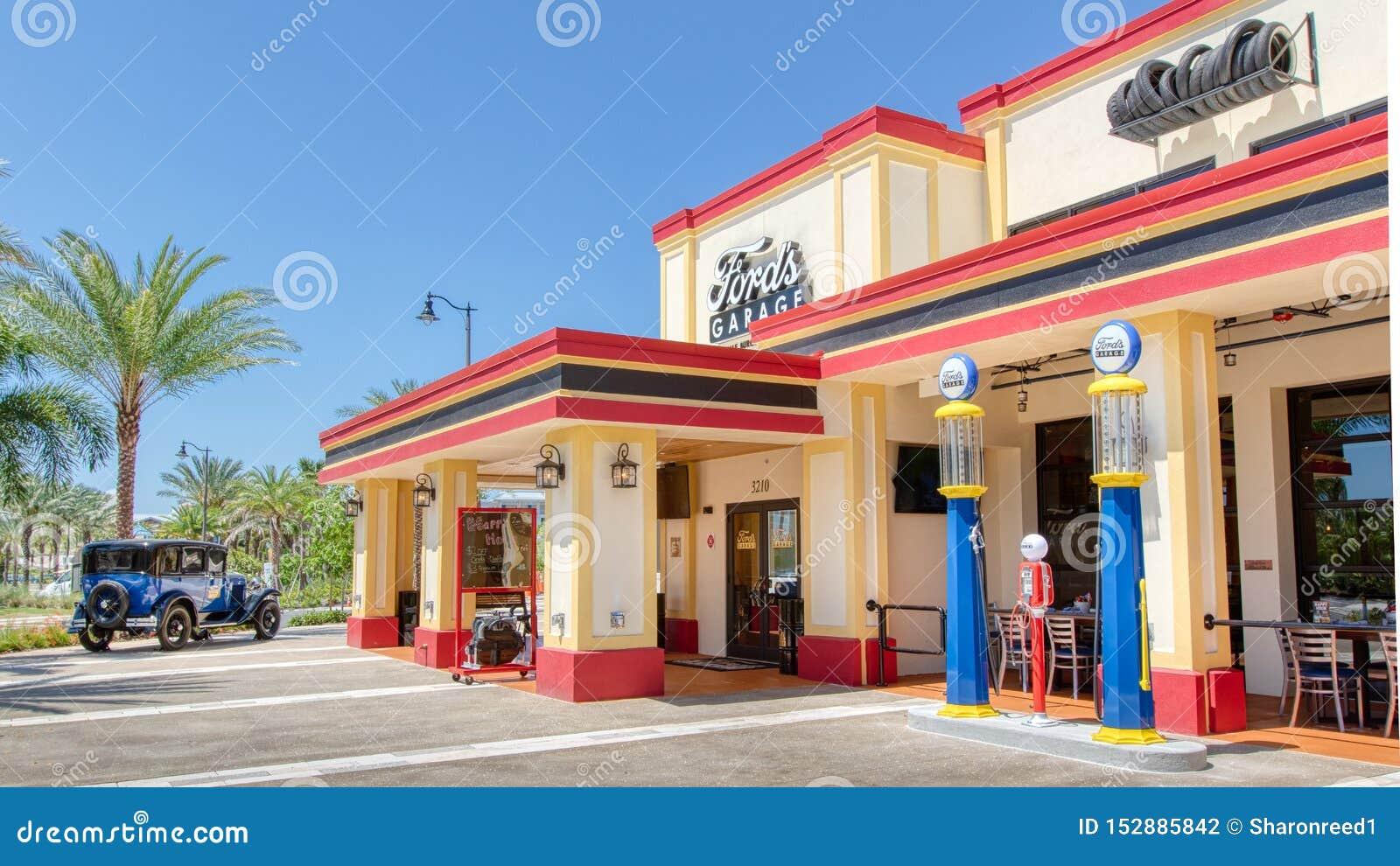 KISSIMMEE, FLORIDA - 29 DE MAIO DE 2019 - a garagem de Ford Restaurante que serve hamburgueres e cerveja do ofício na área da cam