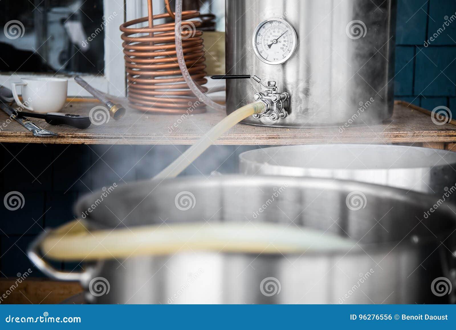 Kit à la maison de brassage et moût se renversant de bière de métier dans l ébullition Kettl