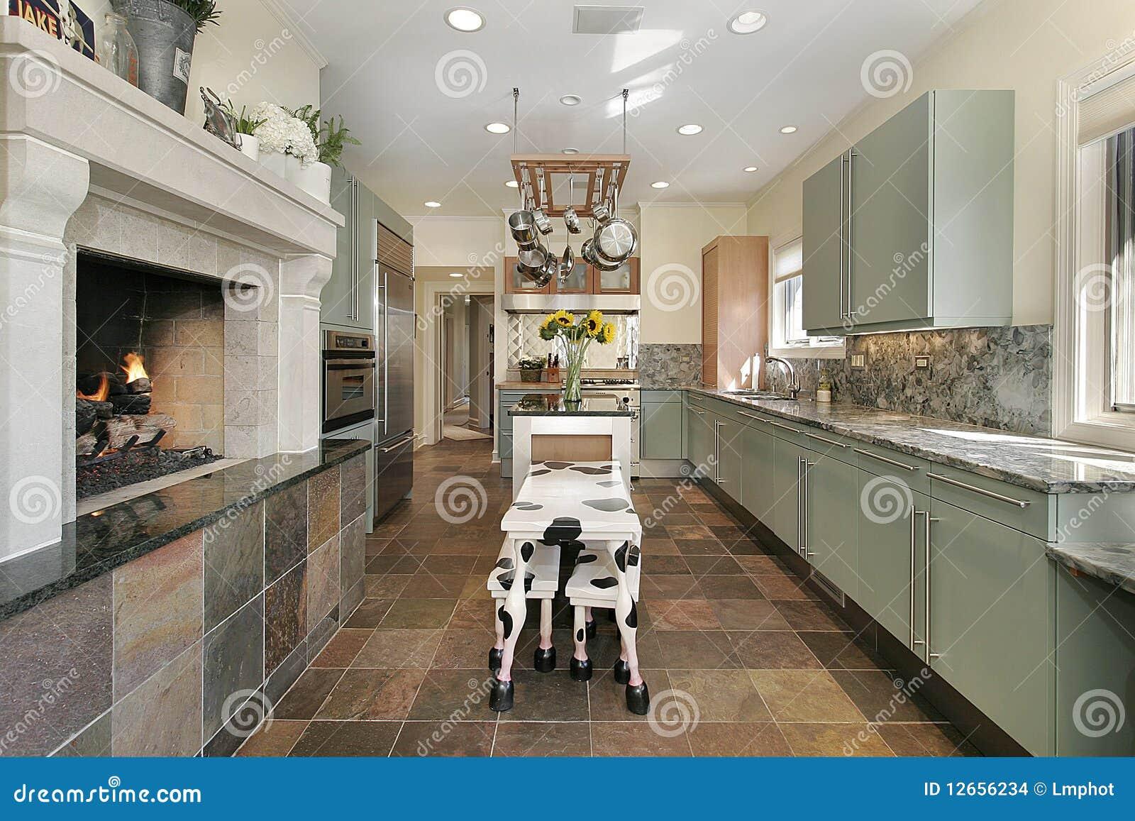 Caminetti In Cucina Moderna : Kitche moderno con il camino di pietra fotografia stock immagine