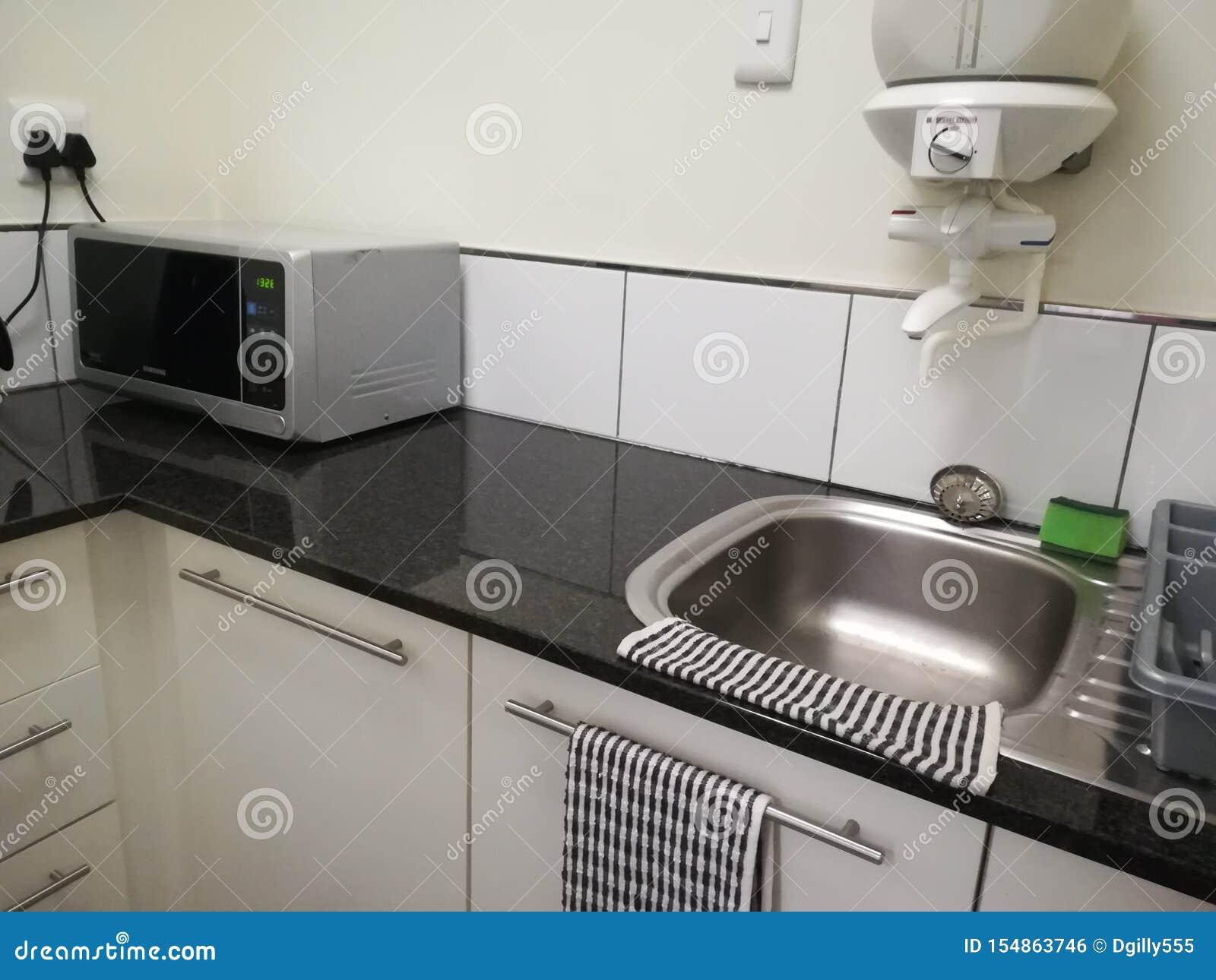 Bureau Plan De Travail kitchenette de bureau sur l'affichage avec la micro-onde [5