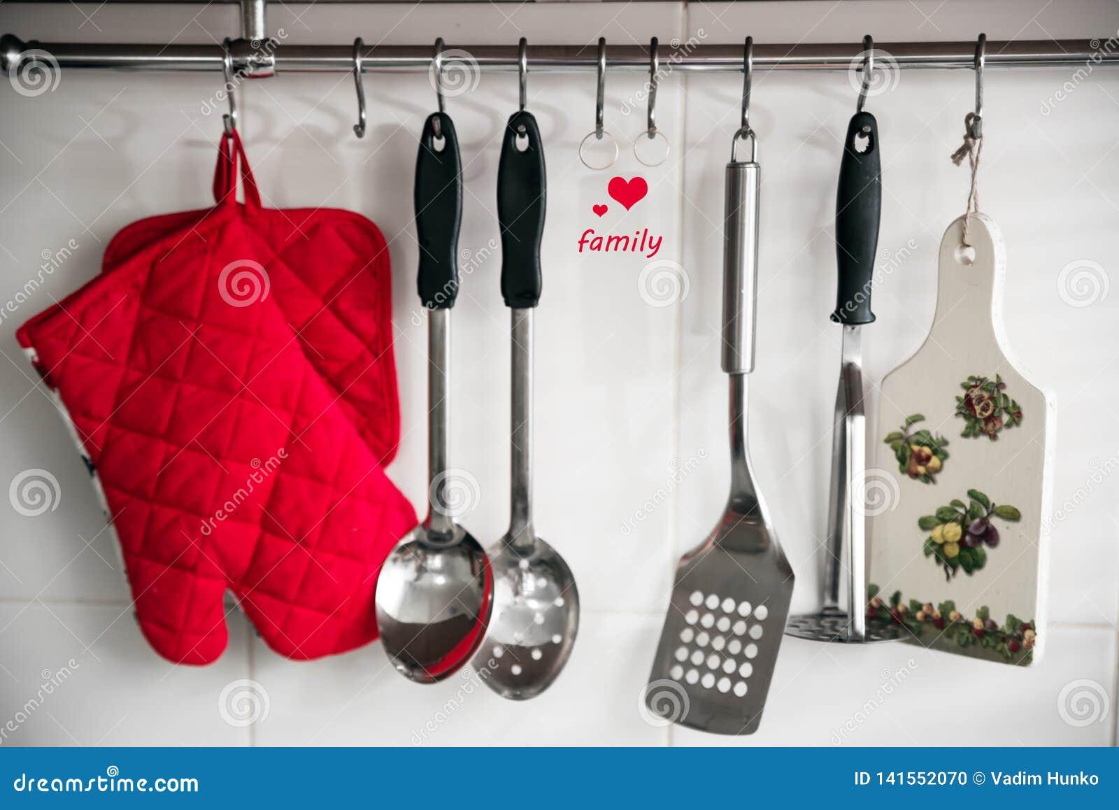 Kitchenware na praca wierzchołku w nowożytnej kuchni,