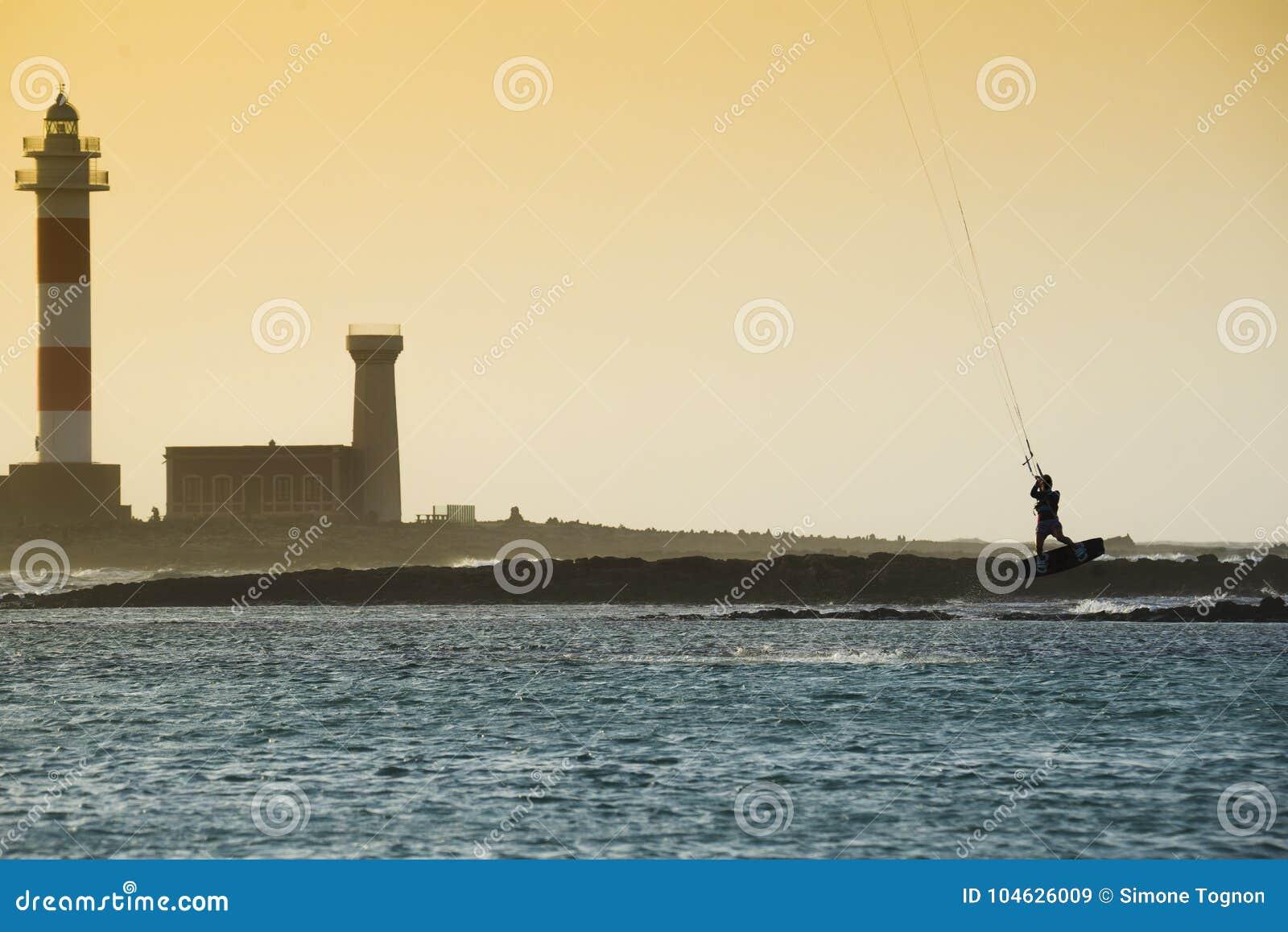 Download Kiteboarding stock afbeelding. Afbeelding bestaande uit surfing - 104626009