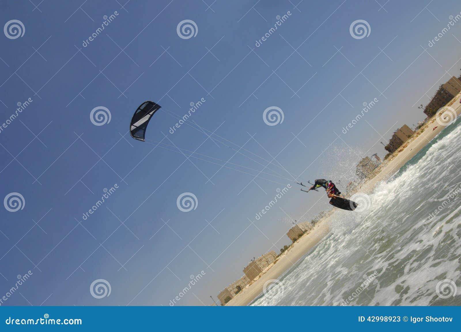 Kiteboarding na morza śródziemnomorskiego wybrzeżu