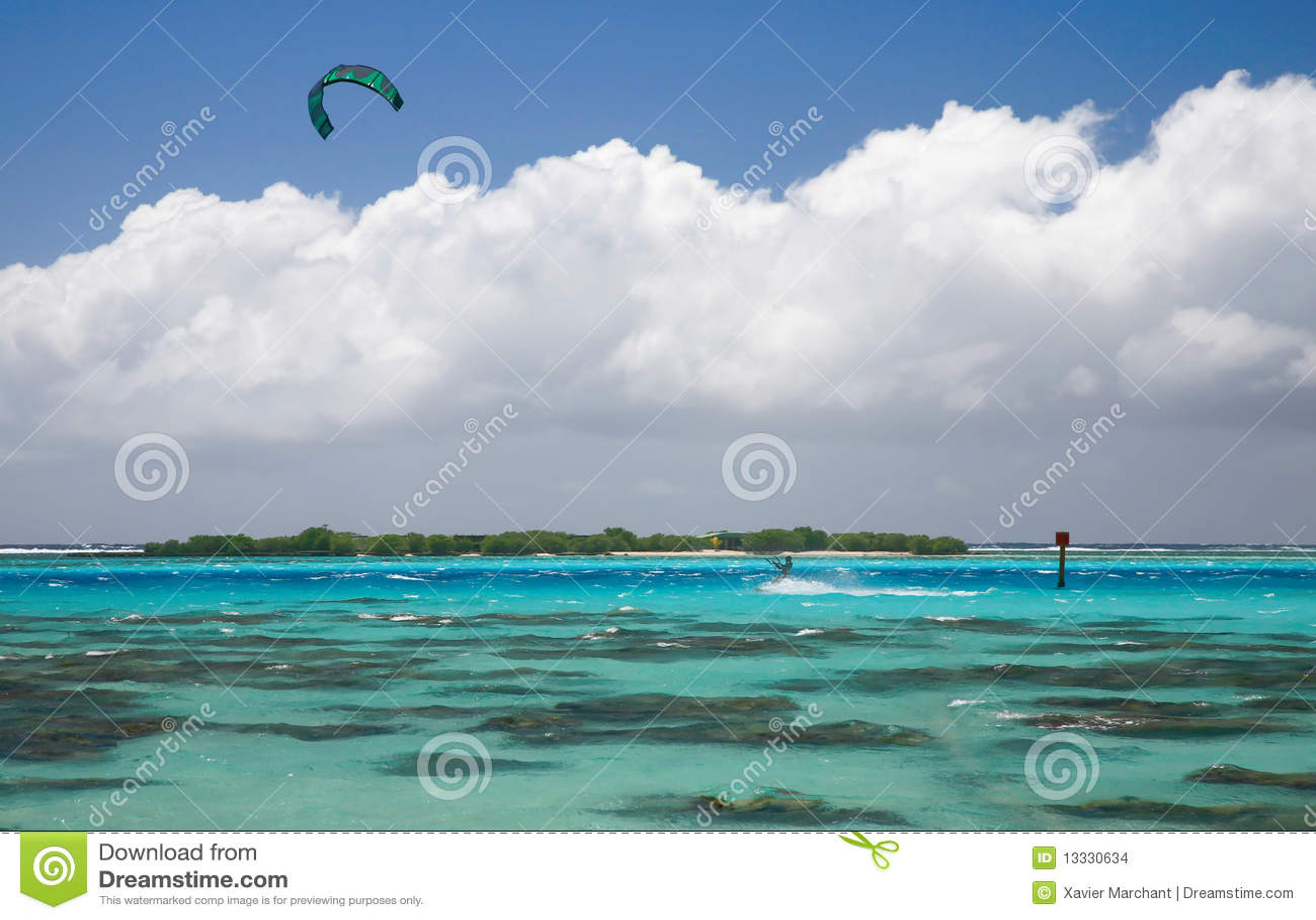 Kitesurfer błękitny laguna