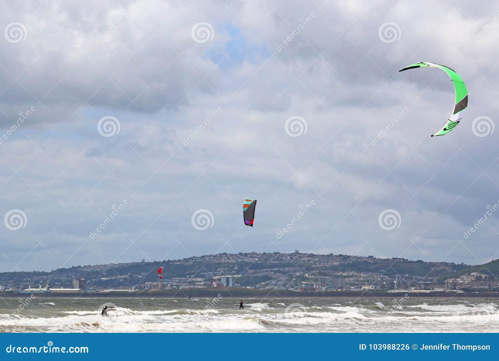 Kitesurfer in de Baai van Swansea
