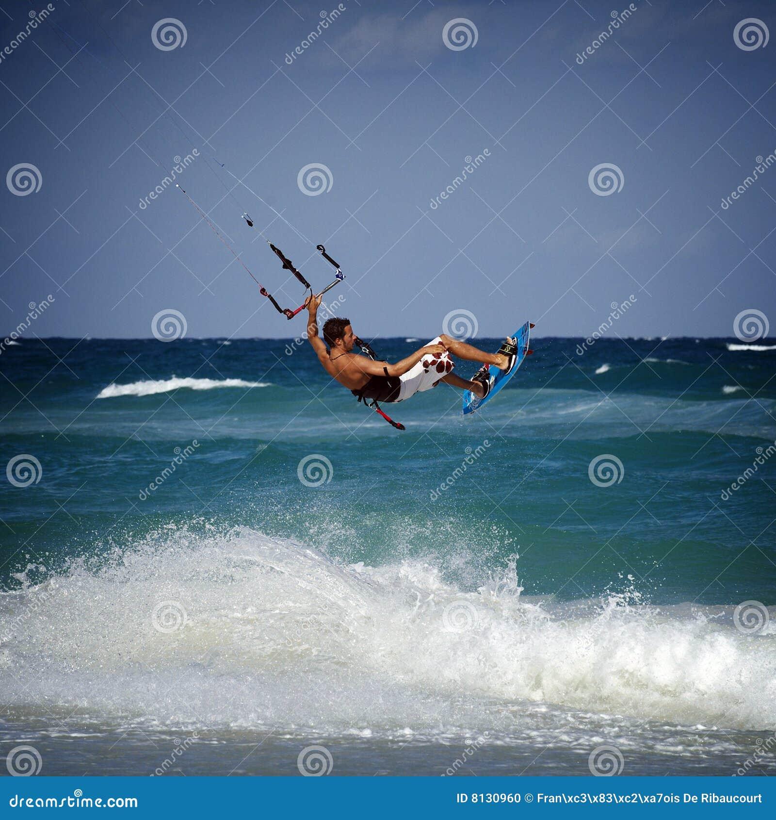 Kitesurfer fala