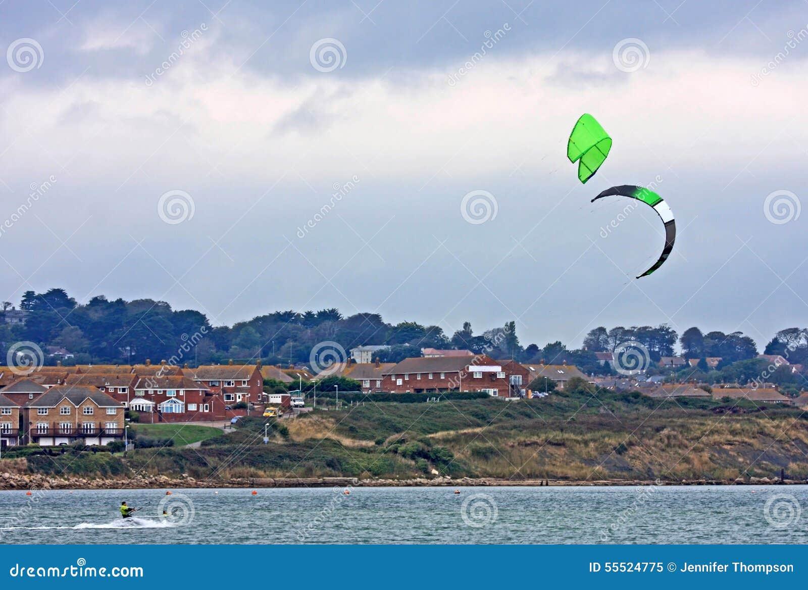 Kitesurfers i den Portland hamnen