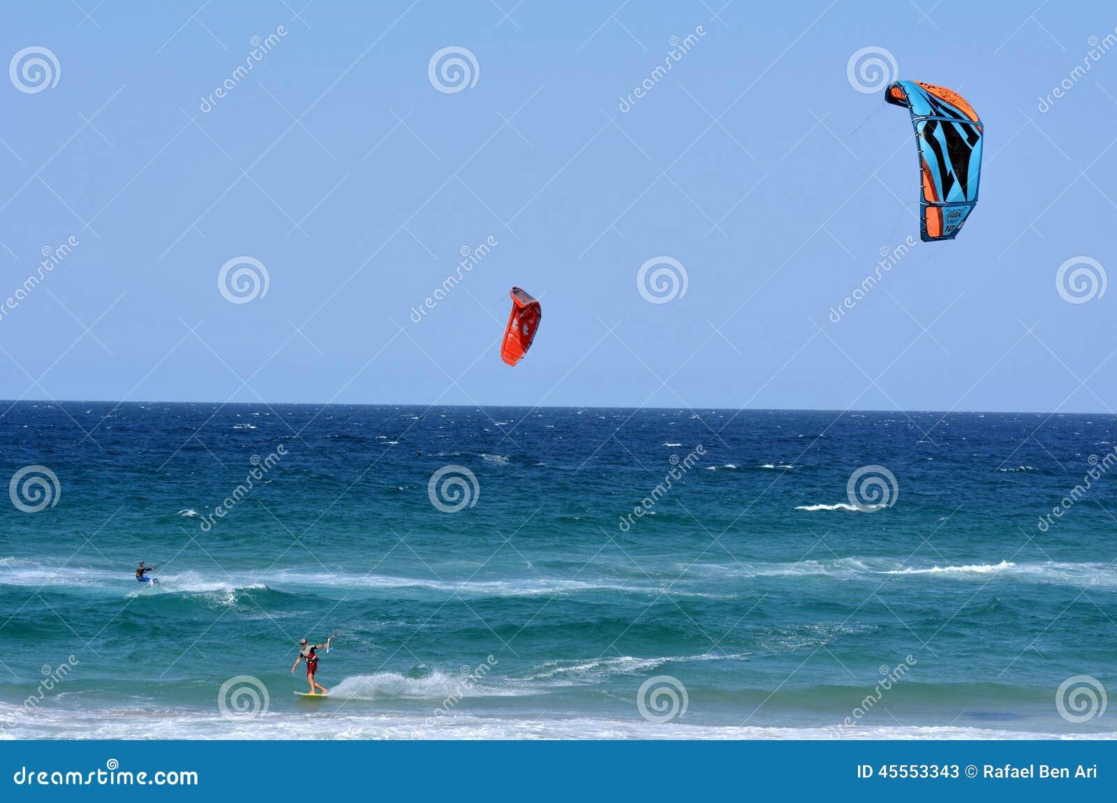 Kitesurfing в рае Квинсленде Австралии серферов