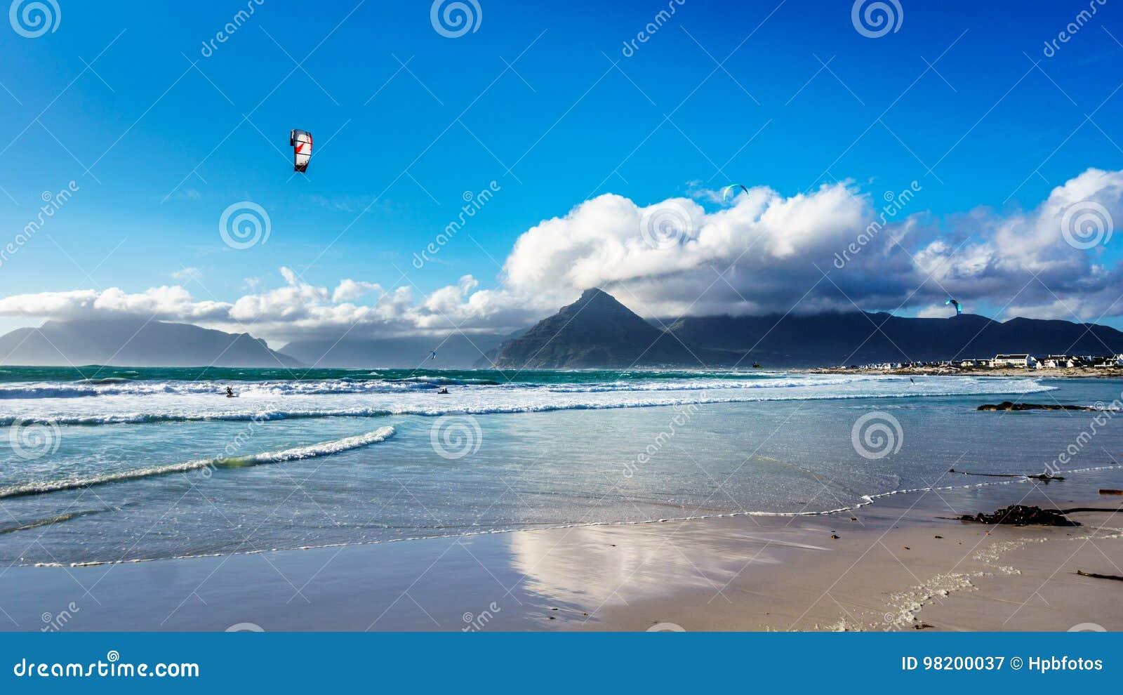 Download Kitesurfing на общине пляжа Het Kommitjie около Кейптауна Стоковое Изображение - изображение насчитывающей фристайл, активизма: 98200037