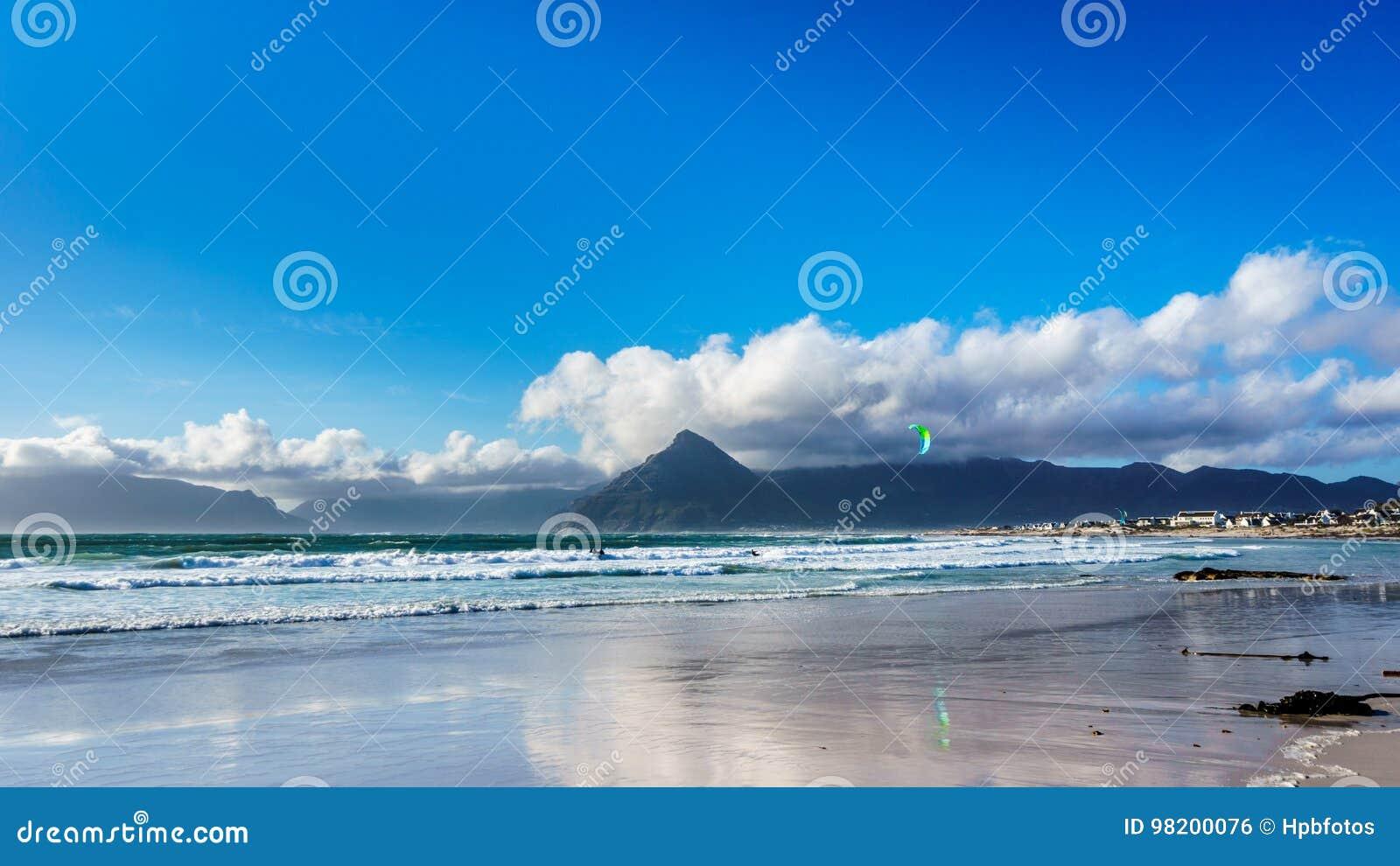 Download Kitesurfing на общине пляжа Het Kommitjie около Кейптауна Стоковое Фото - изображение насчитывающей атласа, акробатики: 98200076