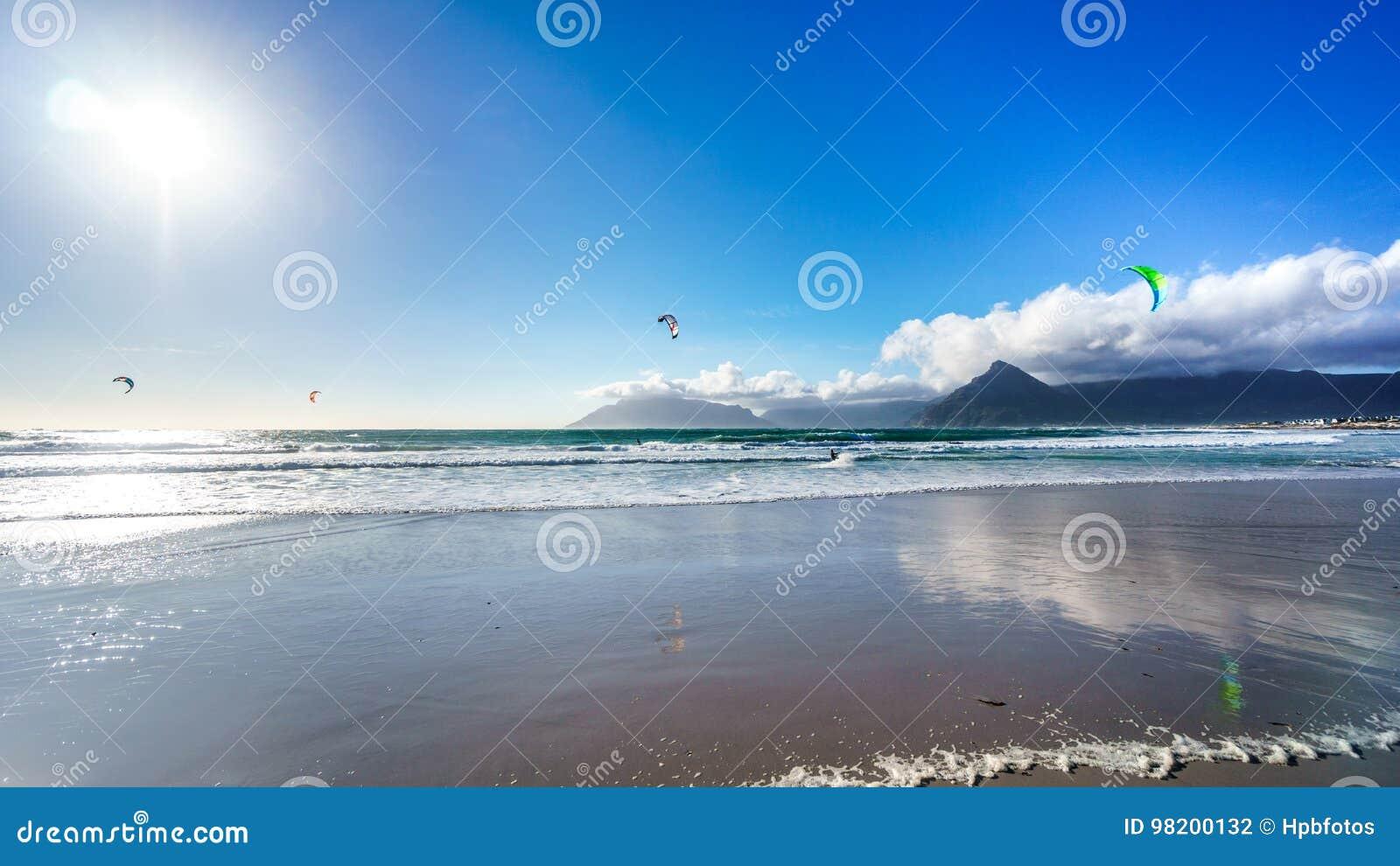 Download Kitesurfing на общине пляжа Het Kommitjie около Кейптауна Стоковое Фото - изображение насчитывающей актиния, община: 98200132
