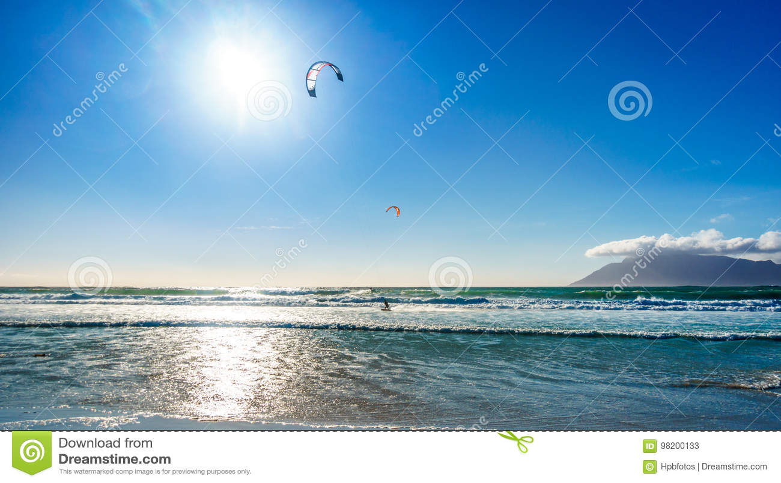 Download Kitesurfing на общине пляжа Het Kommitjie около Кейптауна Стоковое Изображение - изображение насчитывающей вышесказанного, ветрило: 98200133
