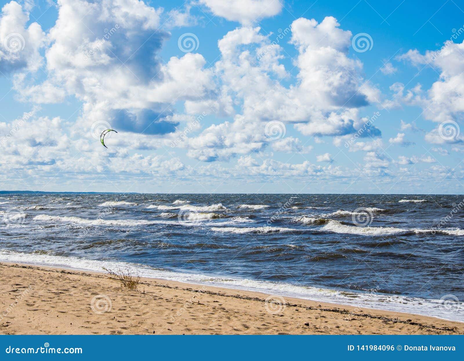 Kitesurfing Kiteboarding行动照片 在波浪中的Kitesurfer迅速去