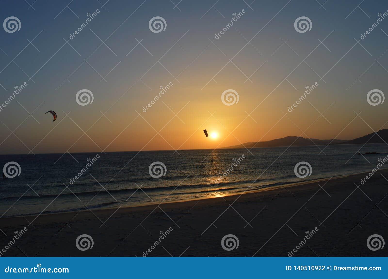 Kitesurfing med solnedgången på Tarifa