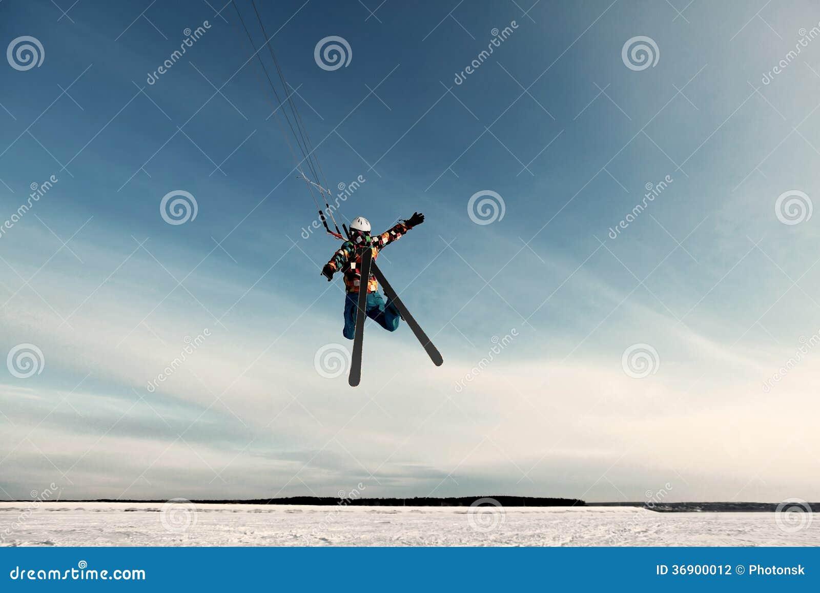 Kiting na snowboard na zamarzniętym jeziorze