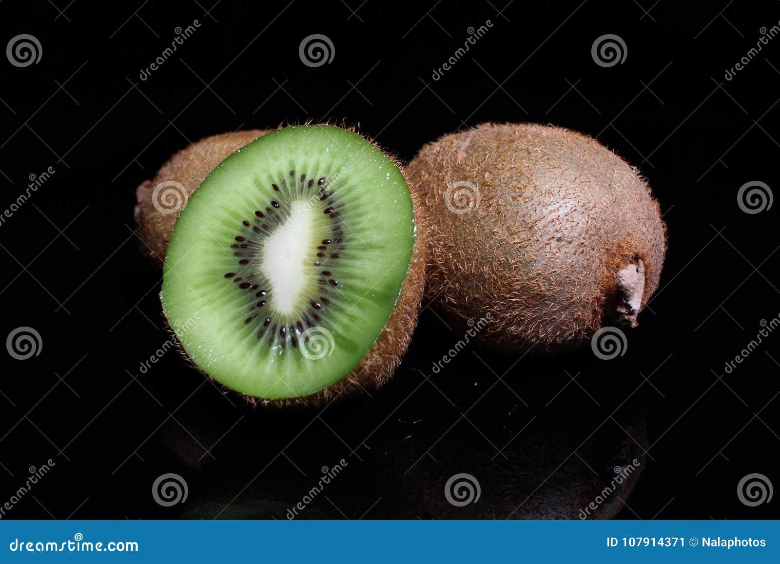 Kiwi kiwi i przyrodni kiwi na czarnym tle Pracowniana fotografia
