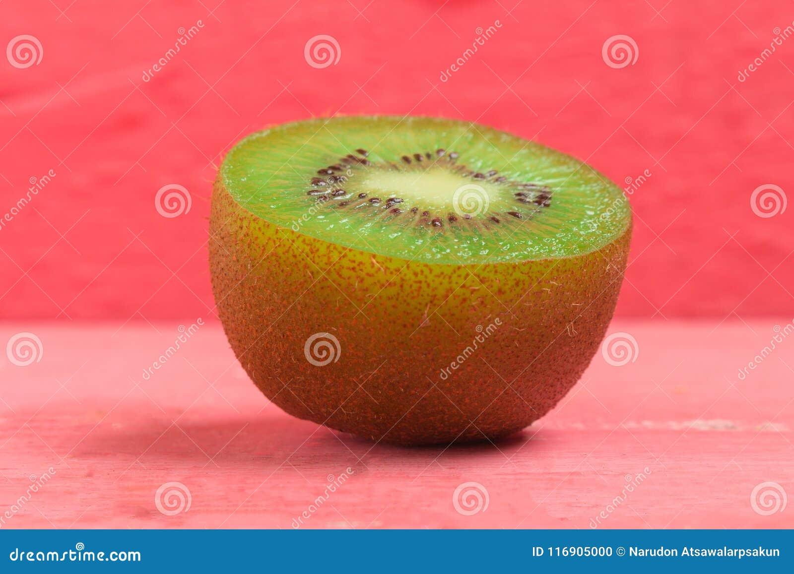 Kiwi Pokrojony halfback świeży owoc na starych drewno menchiach