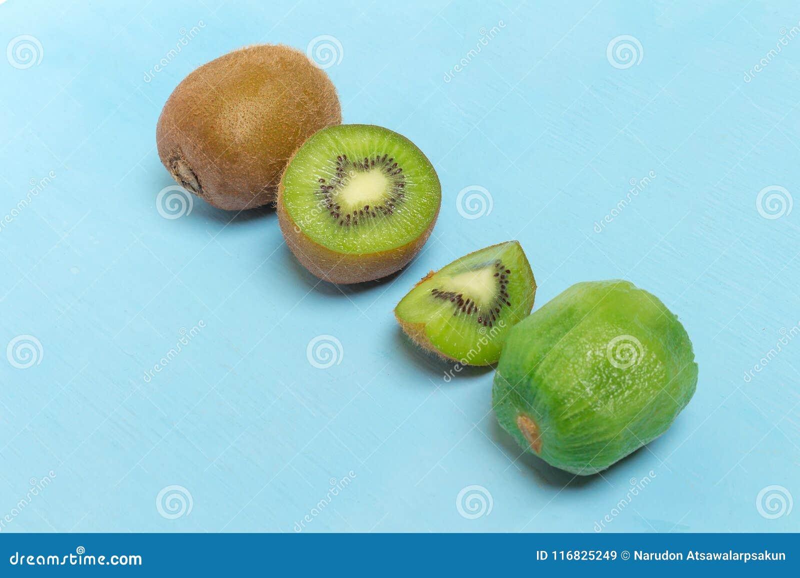 Kiwi Pokrojony halfback świeży owoc na starym drewnianym błękicie