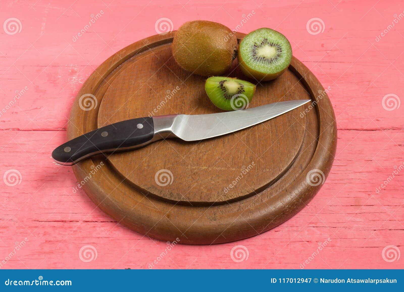 Kiwi Pokrojony halfback świeży tnąca deska z nożem na starym drewnie