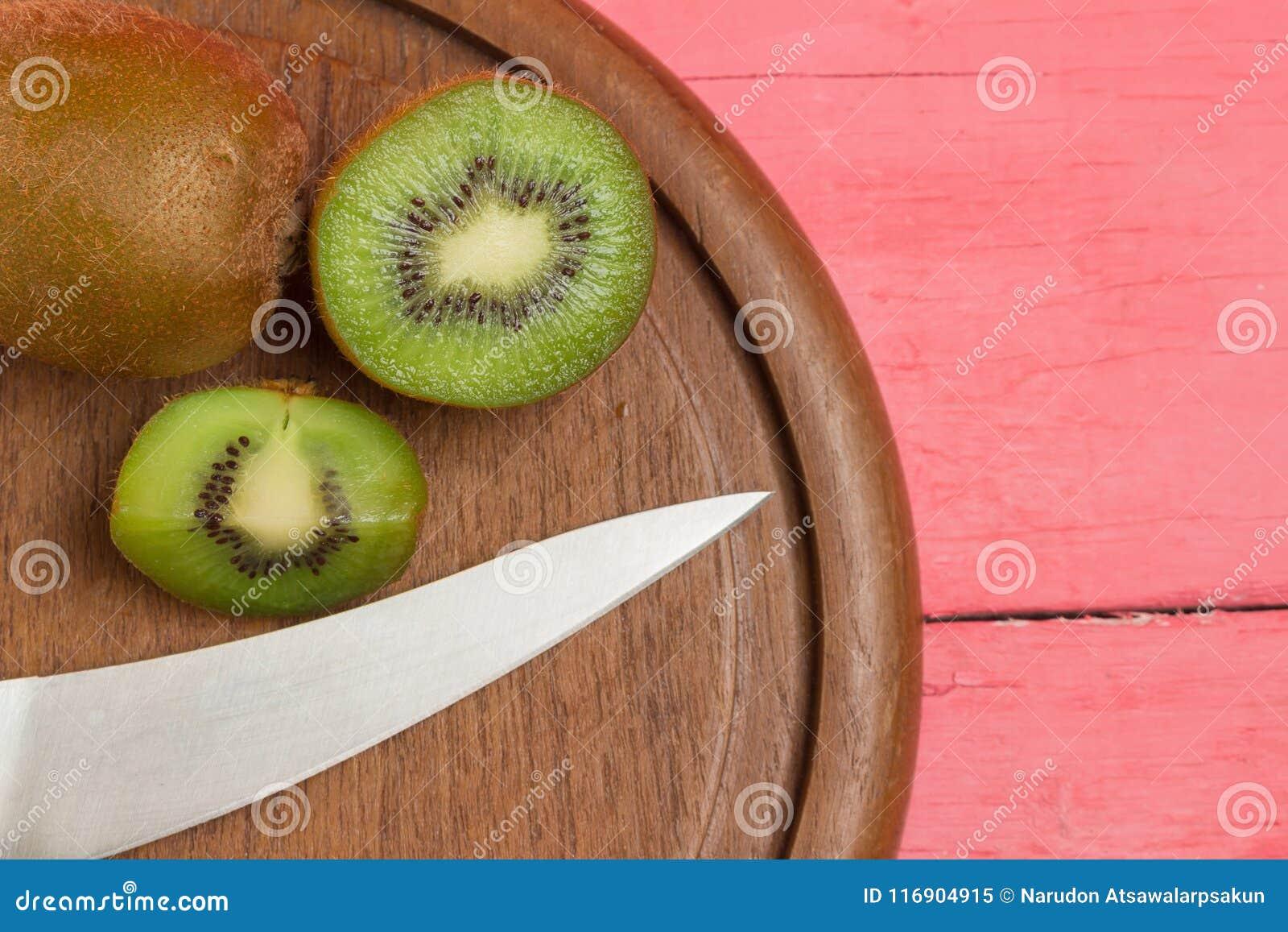 Kiwi Pokrojony halfback świeży Tnąca deska z nożem na starym zaleca się