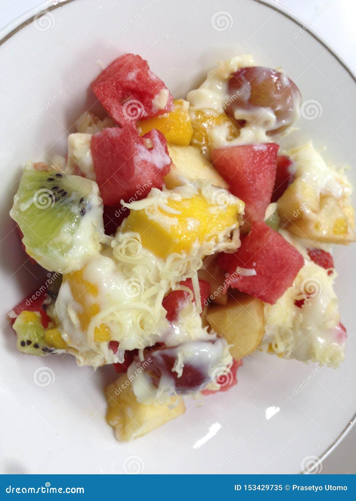 Kiwisallad, vattenmelon, jordgubbar, mango, äpplen och melon