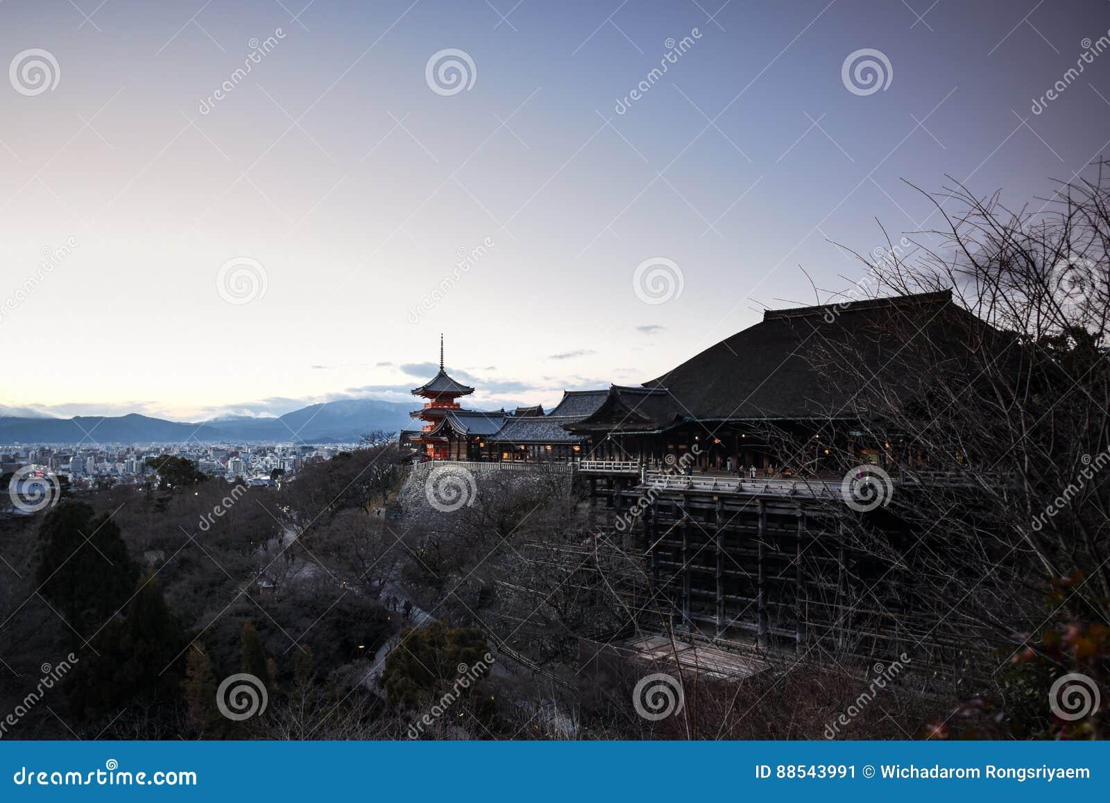 Kiyomitzu寺庙的红色塔