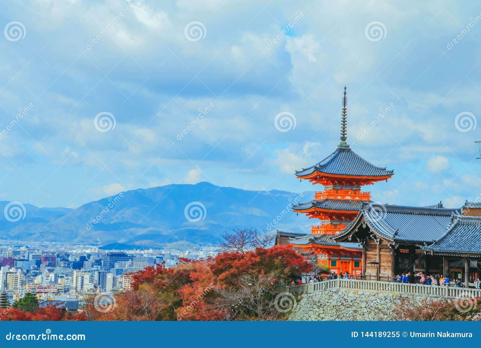 Kiyomizu-deratempel ist azenbuddhistisches templein autum Jahreszeit und in einer des populärsten Gebäude inKyoto Japan