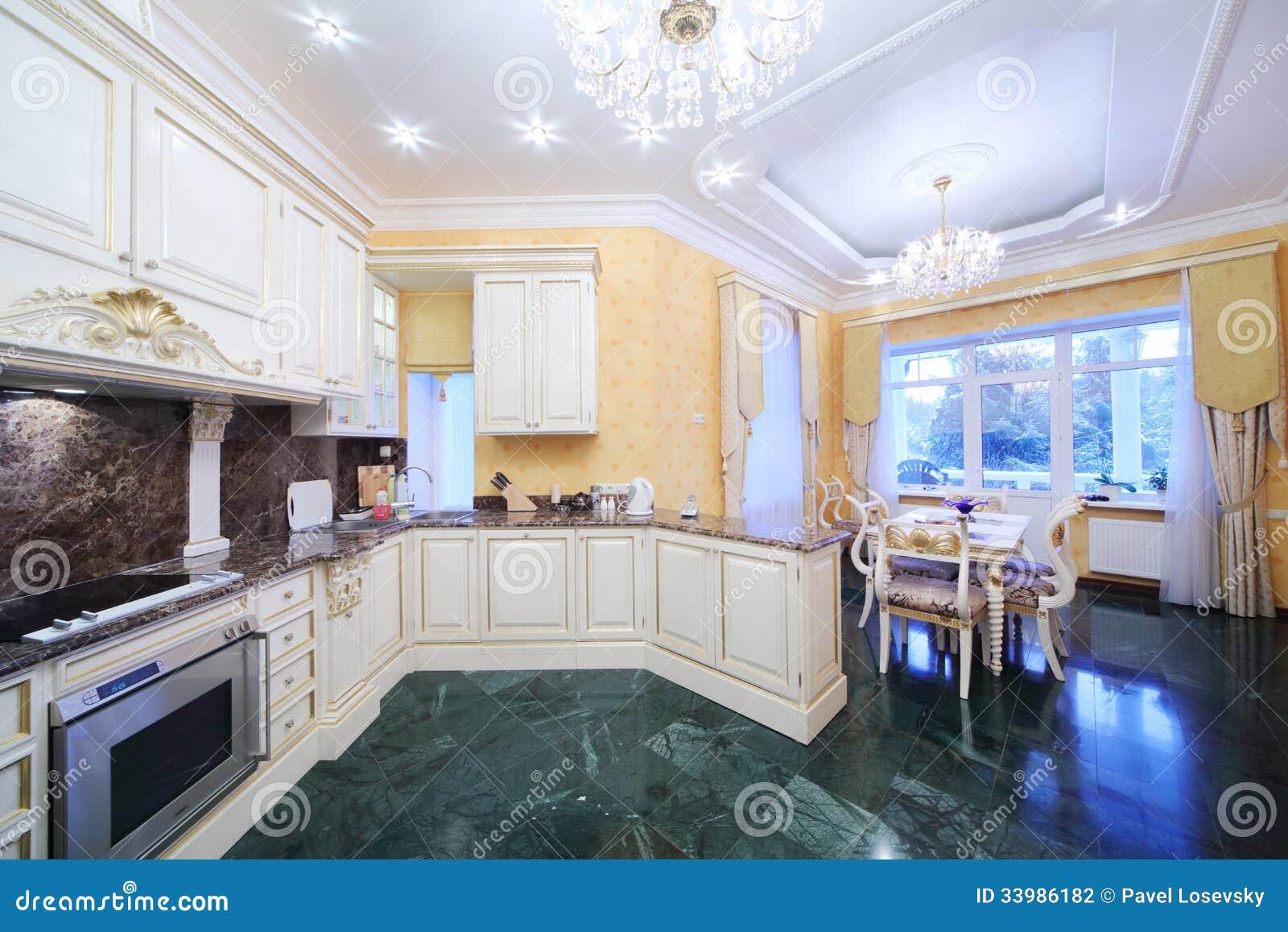 Kök med lyxigt möblemang i klassisk stil arkivbild   bild: 33986182