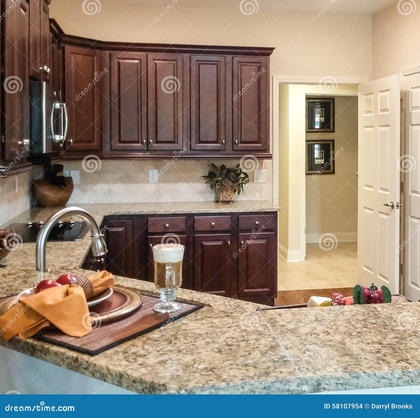 Kök med mörka kabinetter och graniträknare arkivfoto   bild: 58107954
