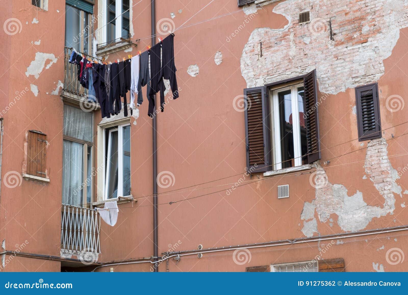 Kläder som hänger i solen