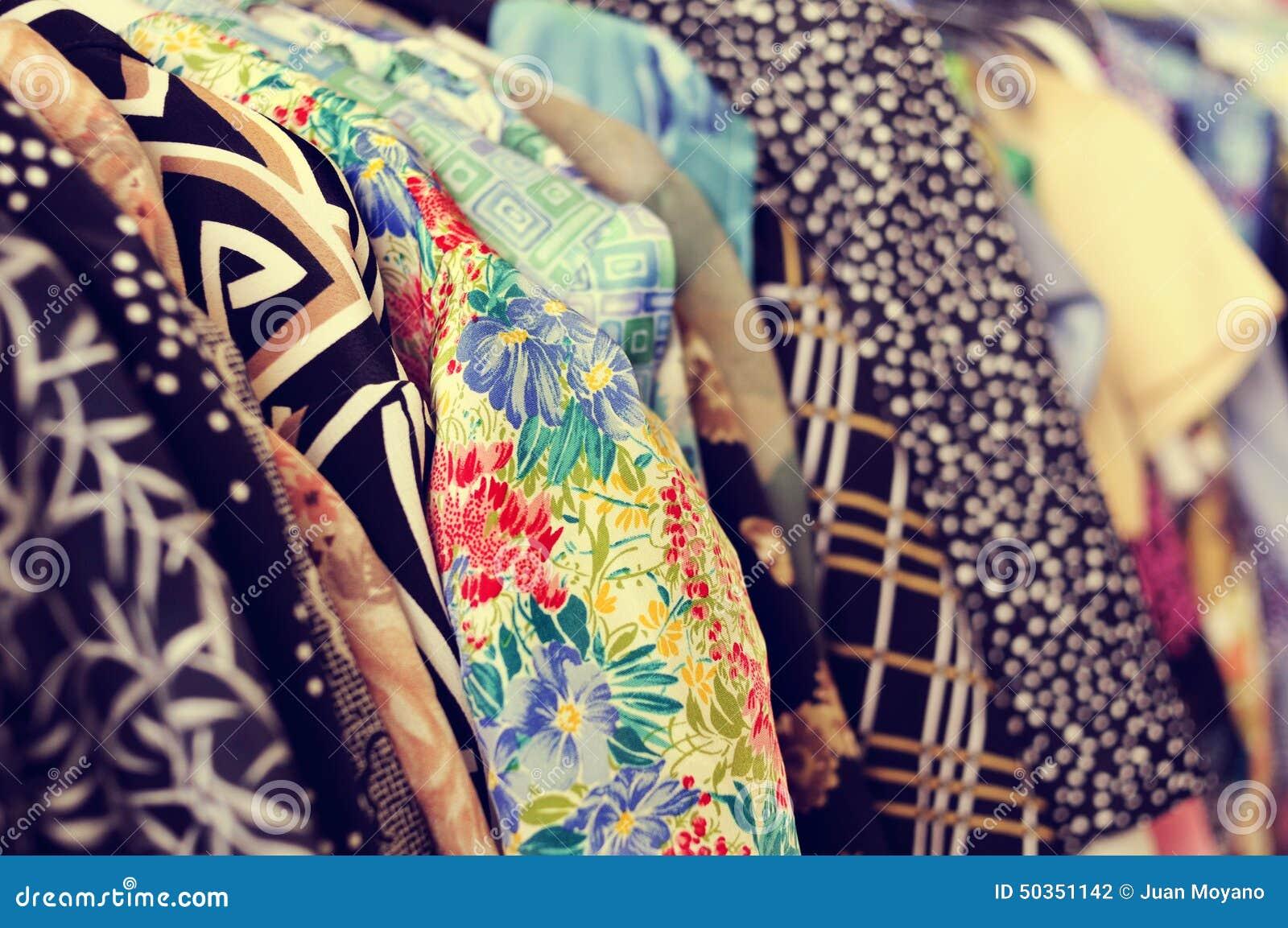 Kläder som hänger på en kugge i en loppmarknad