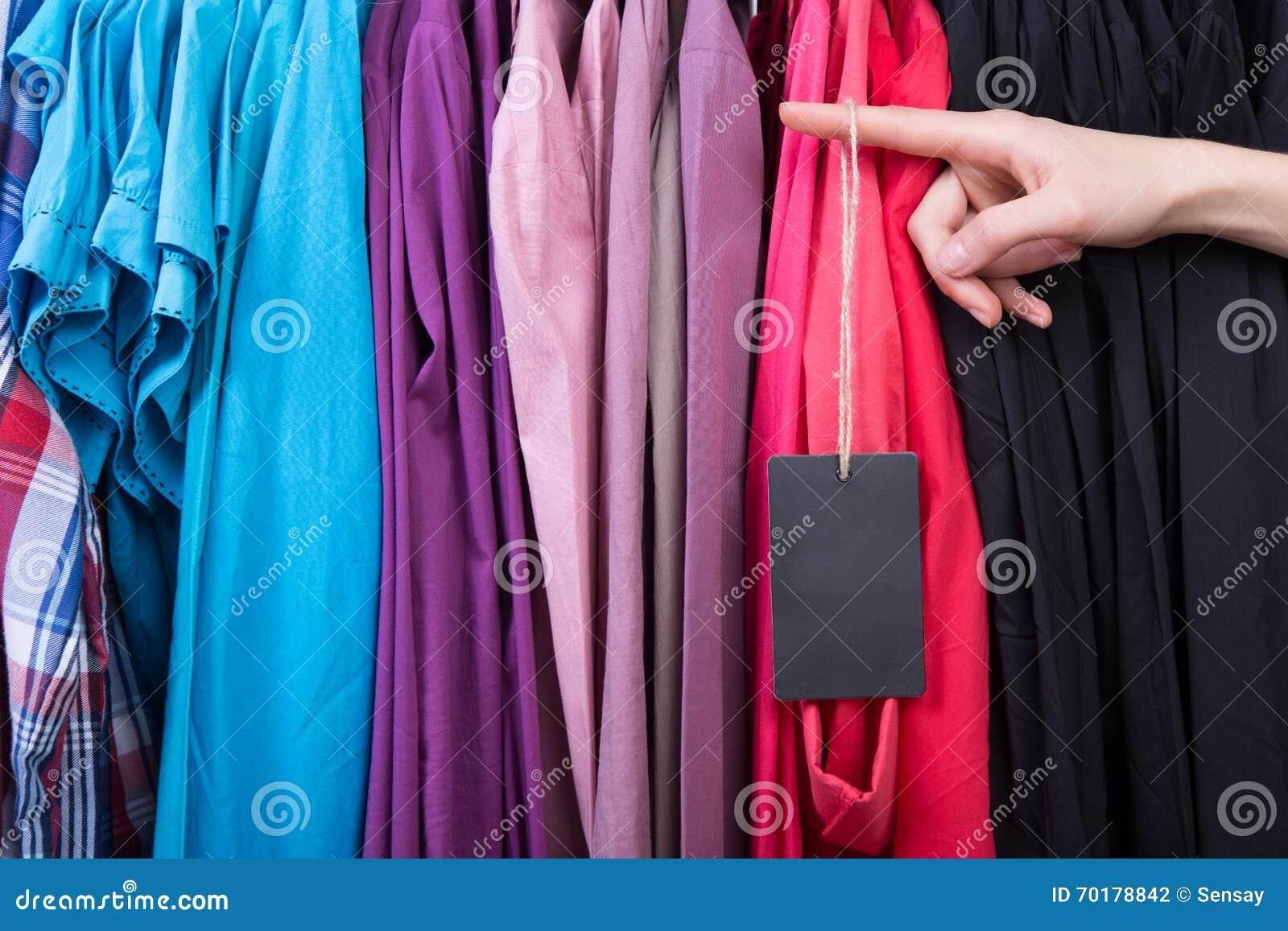 Kläder som hänger på kuggen i lagret