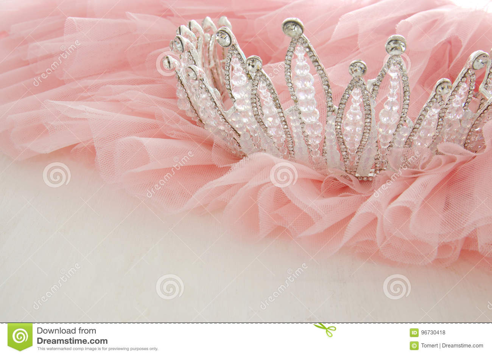 Klänning för chiffong för tappningtyll rosa och diamanttiara på den trävita tabellen Bröllop och girl& x27; s-partibegrepp