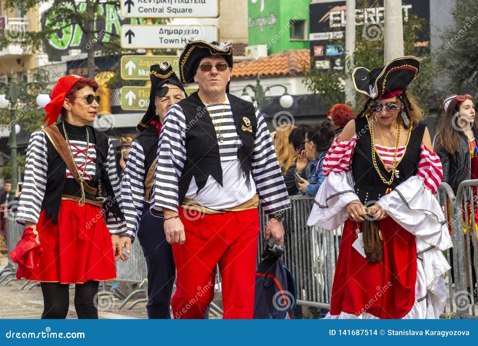 Klätt som piratkopierar ståtar karnevalet deltagare i Xanthi, nordöstra Grekland