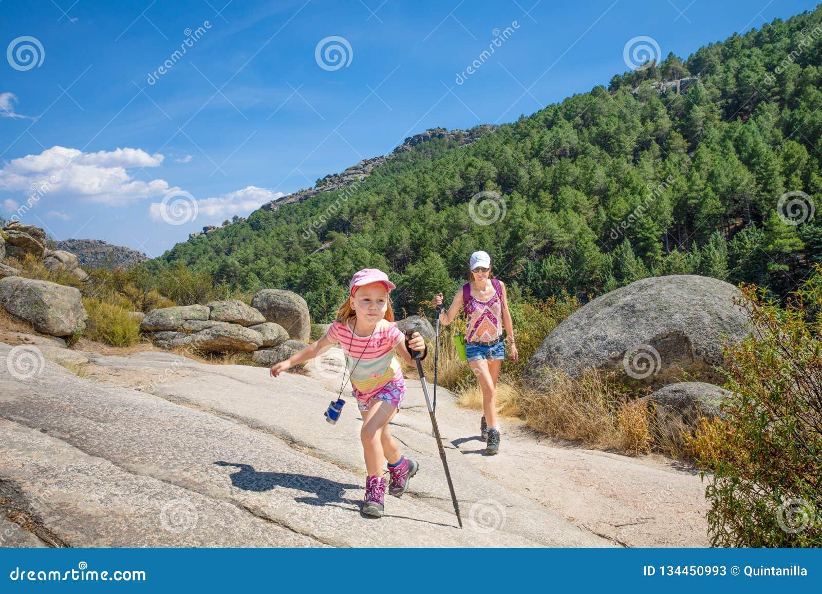Klättra i berg kvinnan och det lilla barnet som fotvandrar i den Camorza klyftan nära Madrid