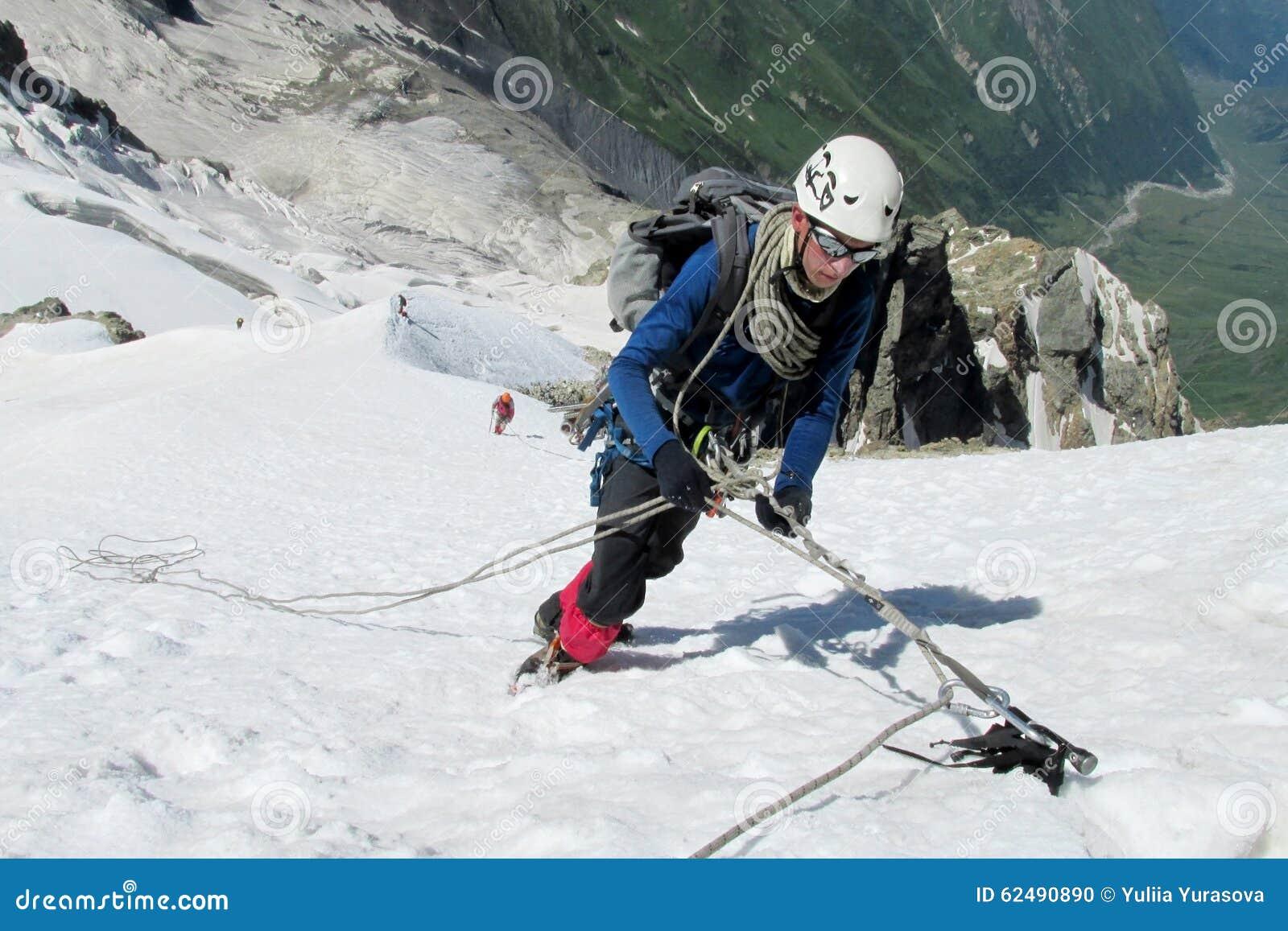 Klättrare på snötoppmöte, maxima för stenigt berg och glaciären