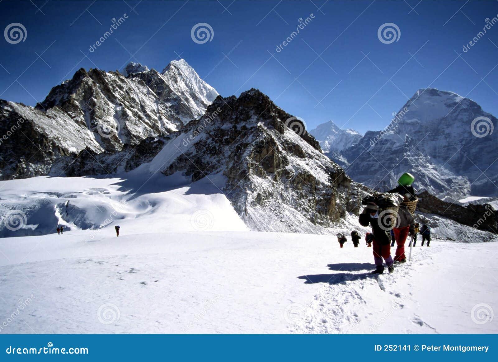 Klättrare som korsar glaciärhimalayamsherpas
