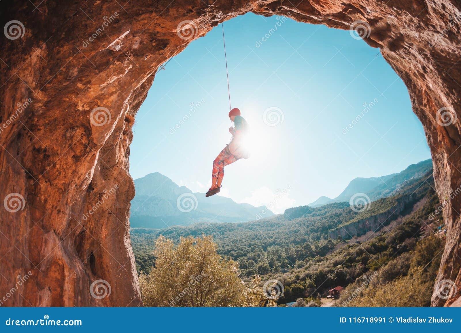 Klättraren hänger på ett rep