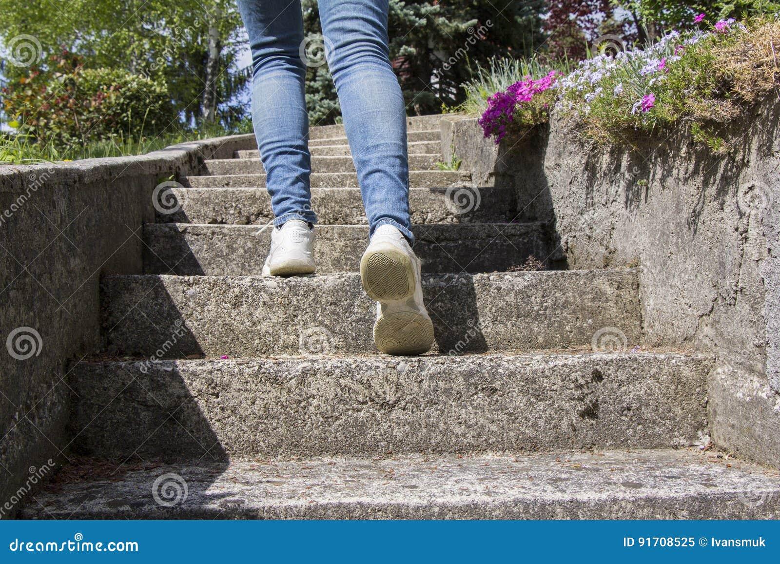 Klättringar för ung kvinna på trappa