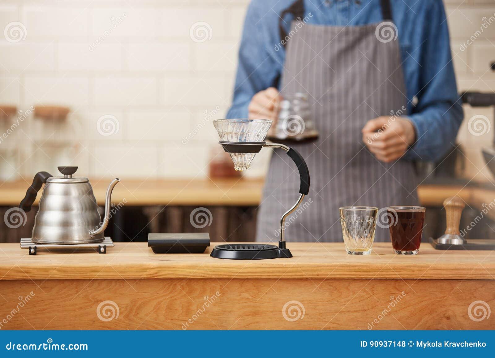 Klaar Coffes s Barista voorbereide koffie met handdruppelbrouwer