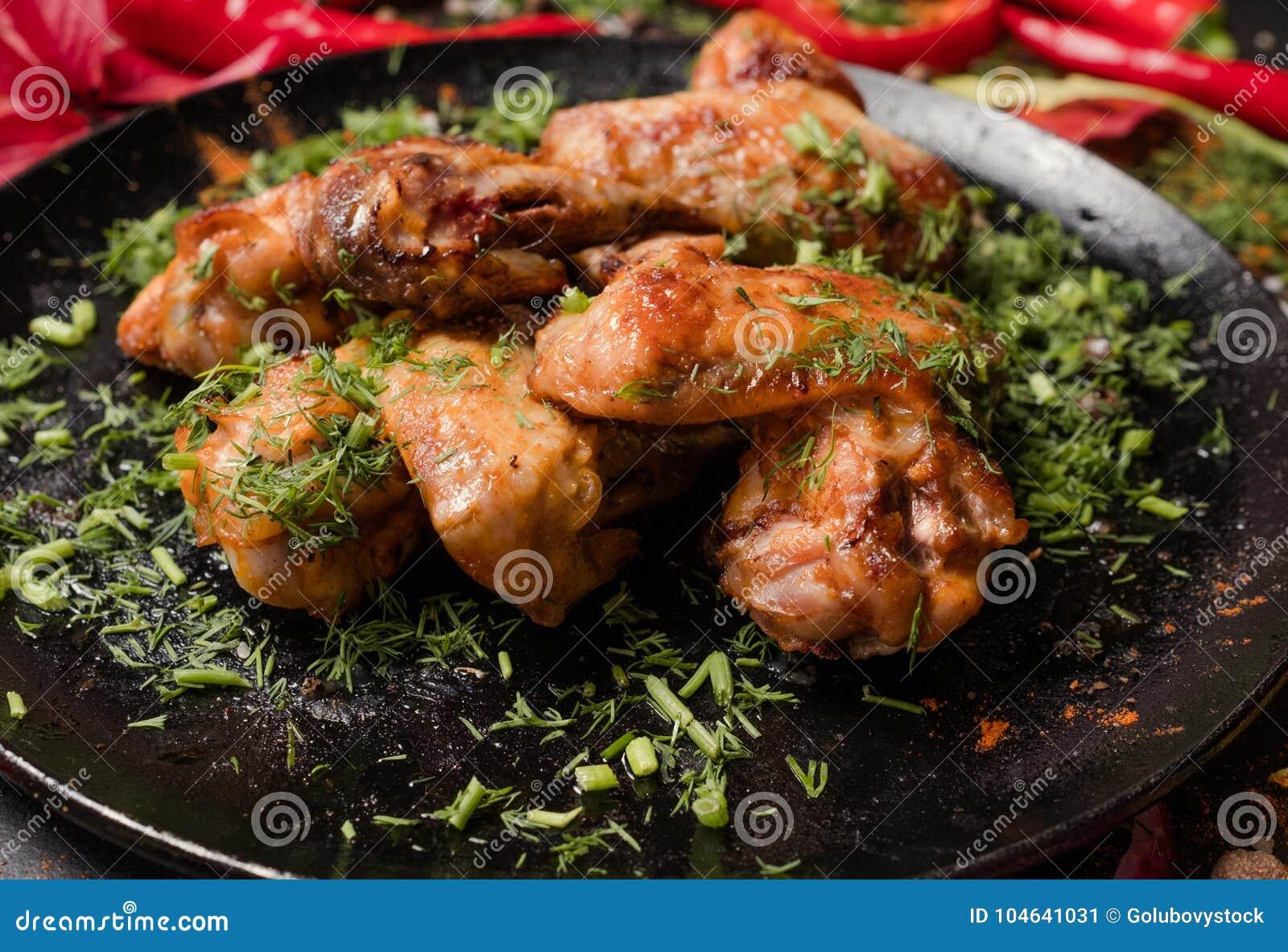 Download Klaar Gemaakte Gebraden Het Voedselfotografie Van Kippenvleugels Stock Afbeelding - Afbeelding bestaande uit gouden, maaltijd: 104641031