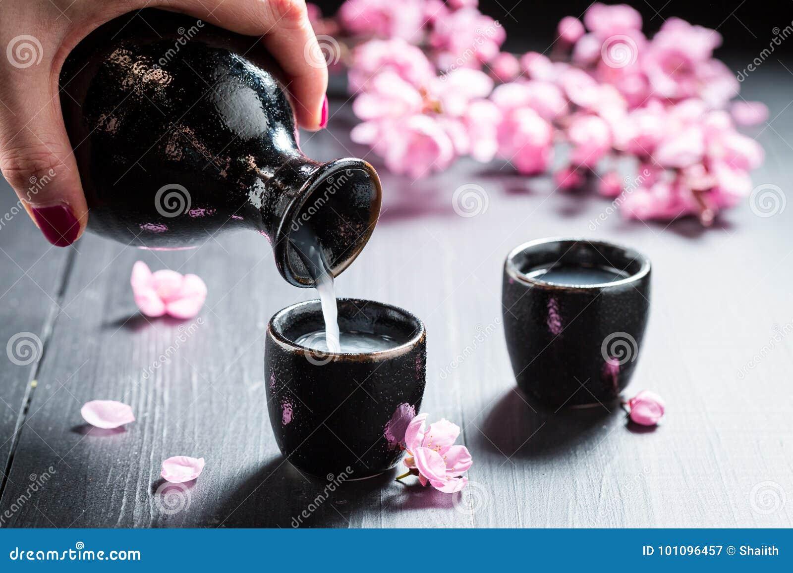 Klaar om belang met bloemen van bloeiende kers te drinken
