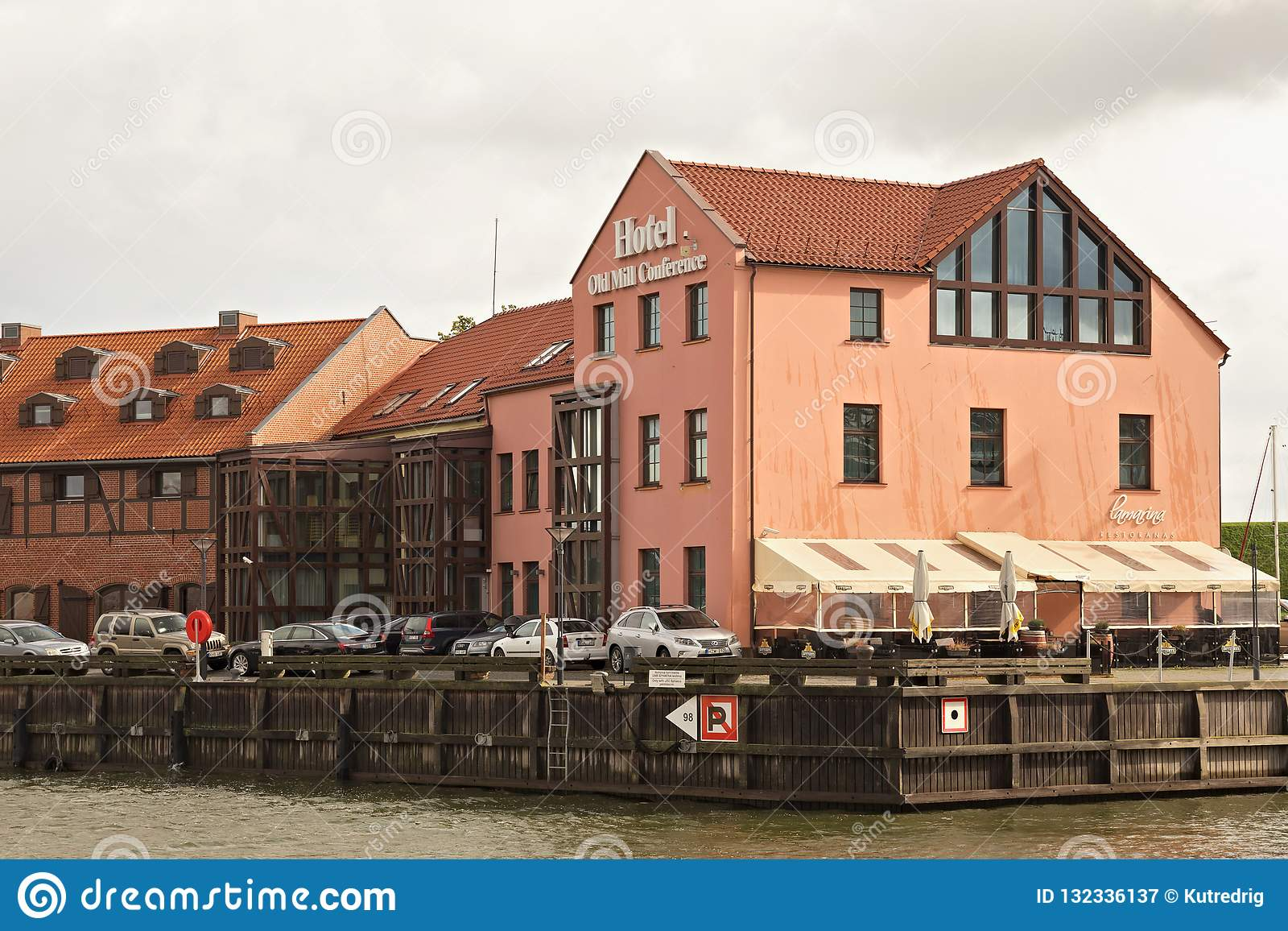 KLAIPEDA LITHUANIA, WRZESIEŃ, - 22, 2018: Widok jeden budynek Hotelowa Stara Młyńska konferencja blisko duńczyk rzeki