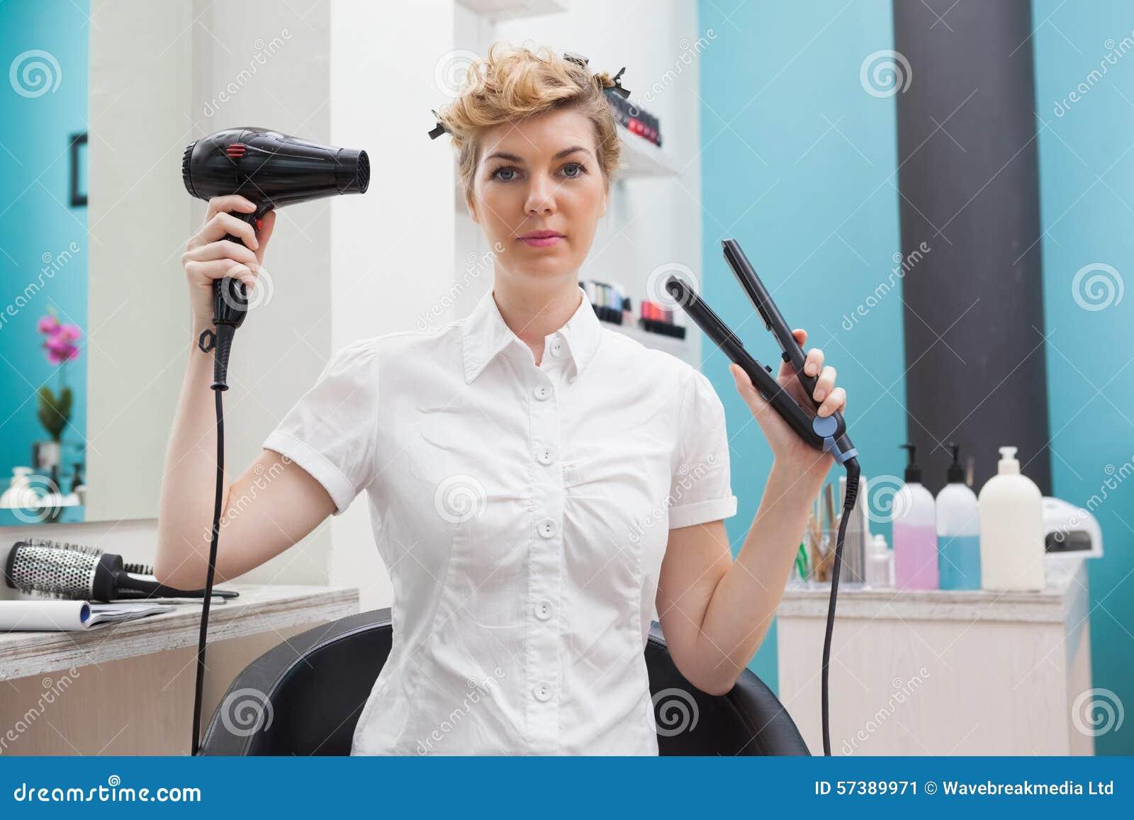 Klant die een hairdryer houden