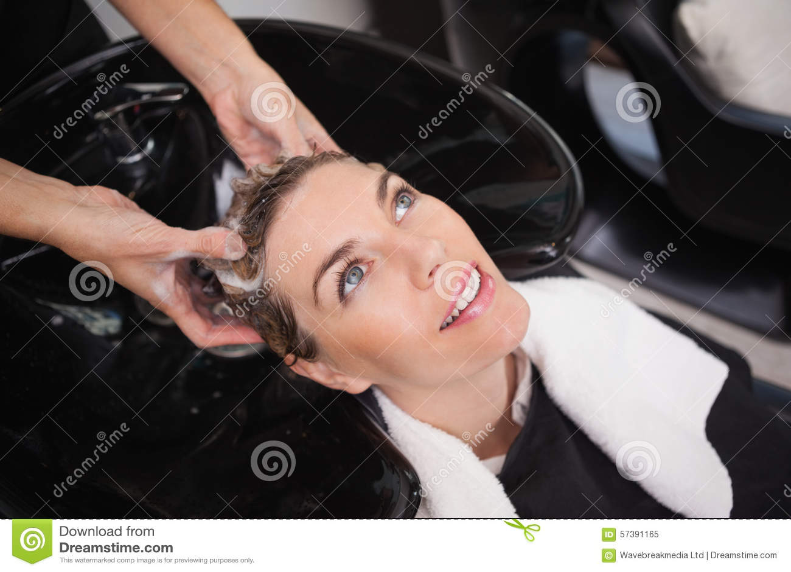 Klant die hun haar gewassen krijgen